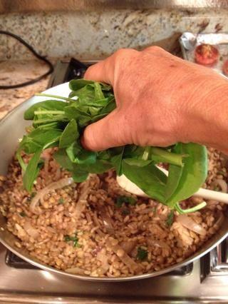Mezcle las hojas de espinaca en los mujadara. A continuación, añadir el perejil picado. Ahorra un poco de perejil picado para espolvorear por encima de una guarnición.