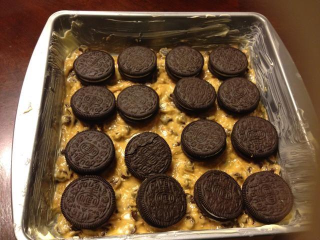 Coloque Oreos uniformemente en la cacerola, en la parte superior de la masa de galletas