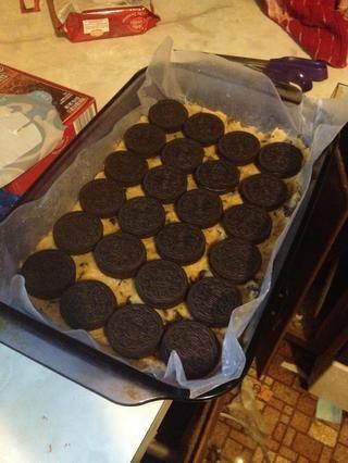 Cubra capa de masa para galletas con tus galletas Oreo. No utilice los rotos queridos, comer sobre la marcha. Esta receta es demasiado gloriosa utilizar Oreos deficientes !!!!