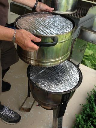 A él le gusta empaparse trozos de madera de cerezo durante la noche y el lugar en el fondo del fumador. Siga las instrucciones de su fumador. Para facilitar la limpieza que cubre las rejillas con papel de aluminio y se asoma agujeros con un tenedor.