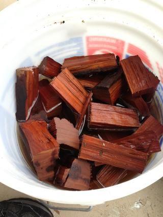 Madera de cerezo empapado. Algunas personas usan la madera Hickory o Apple.