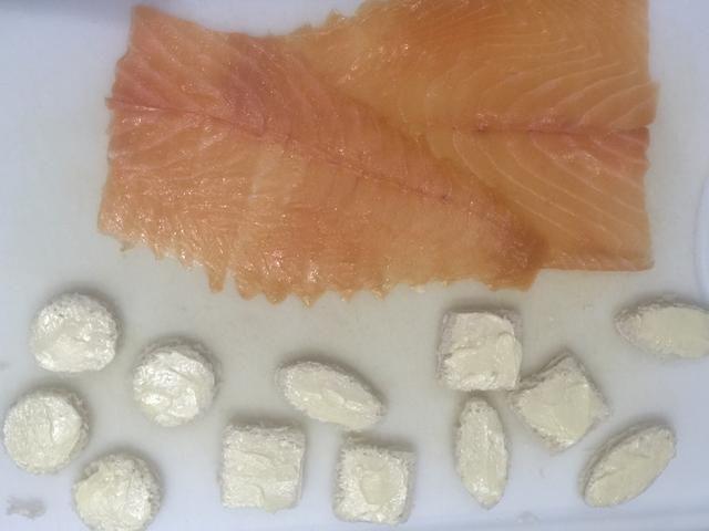 Coloque las rodajas de salmón con el fin de hacer un rectángulo 18-20 cm