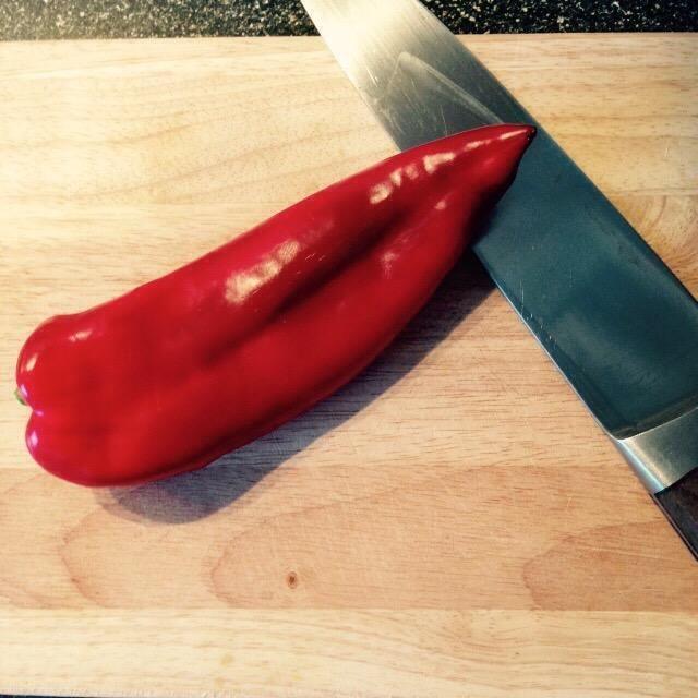 Corte el último tercio de la pimienta