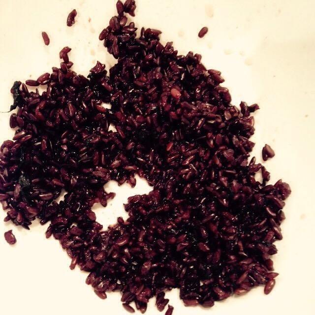Escurrir el arroz, colóquelo en un recipiente y retire la cebolla y el perejil (al menos los más grandes bits)