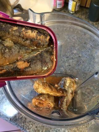 Comience por poner dos latas de sardinas en el Vitamix / procesador de alimentos / licuadora.