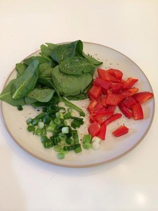Guarniciones son opcionales. Esto es lo que tenía en mi nevera hoy! Experimente con diferentes verduras y encontrar las combinaciones de sabor que más te guste!