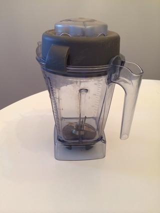 La receta original instruido a utilizar un procesador de alimentos, pero don't have one! So, I used our Vitamix.
