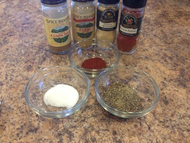 A continuación añadimos todas las especias a la taza con el ajo. Recuerde que usted puede ajustar las especias a su preferencia.