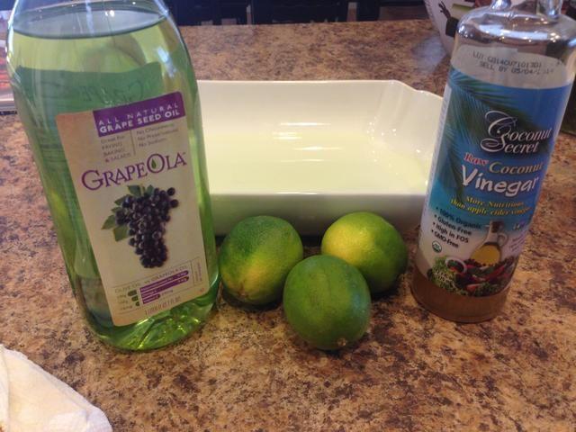 En un plato separado suficientemente grande para contener el pollo, añadir la semilla de uva aceite, vinagre y jugo de limón recién exprimido de 2 limones y mezclar juntos.