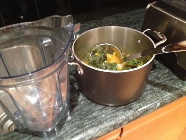 Dejar enfriar un poco, y luego Sirva la sopa en una licuadora de alta potencia, como un Vitamix. Trabajar en lotes.