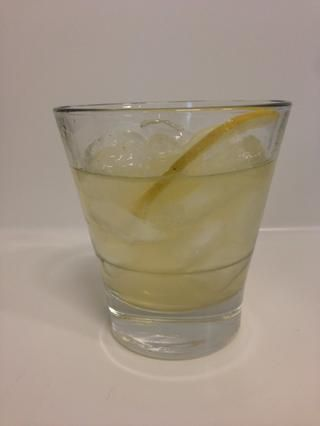 Servimos la nuestra sobre el hielo con una rodaja fina de limón como guarnición.