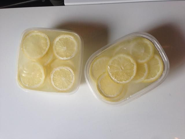 ... y 24 horas más tarde, tendrá gigante, cubitos de hielo limón lujo. Cuando tú're ready to make your drink, take the cubes out of the freezer so they have a few minutes to loosen up.