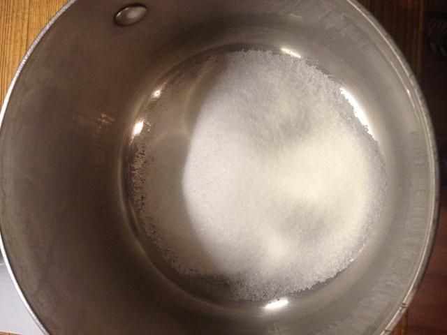 Siguiente iniciar su caramelo de maní escalando 3/4 taza de azúcar