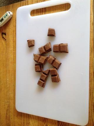 Con el chocolate restante picar muy fina