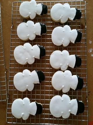 Permita que las galletas de formación de hielo real inundados se sequen por completo antes de ensamblar la parte superior. Seguir adelante y montar la parte inferior mientras se seca.