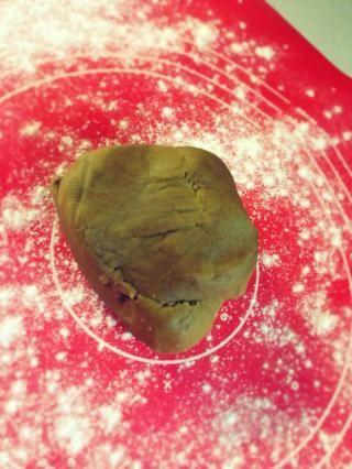 Estirar la masa a espesor deseado. La masa no sube mucho en el horno, así que rodar a por lo menos 1/4 de pulgada de espesor.