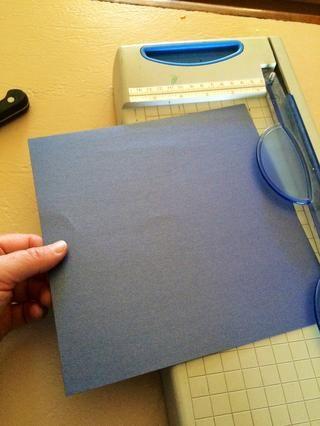 Cortar el papel en un cuadrado.