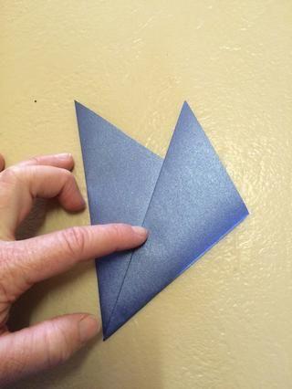 Luego dobla en tres partes. Hasta que ambos pliegues son iguales. Presione firmemente el borde