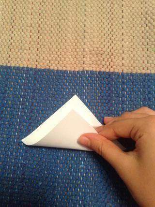 Pliegue el papel cuadrado en forma de triángulo.