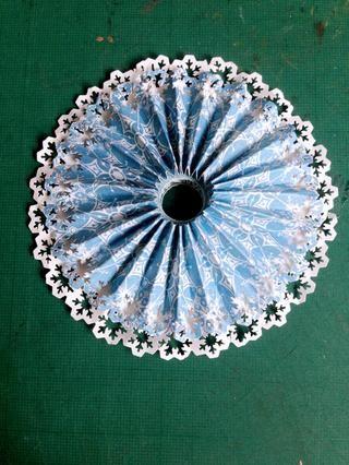 Acoplar abajo de la roseta del copo de nieve Vals y el pegamento en la parte superior de la roseta blanca, formando una doble capa de rosetas ... Es posible que tenga que mantener pulsada la roseta para evitar la propagación ...