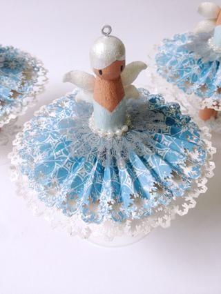 Usted puede agregar un poco de acento de la perla en el hada's waist... To hang as ornaments, insert a screw eye bail at the head of the dolly peg as shown...