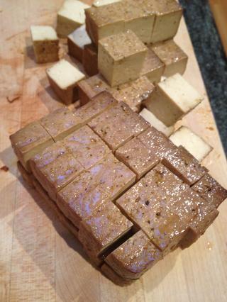 Cortar el tofu en cubos. Puede utilizado ningún tipo de tofu al horno o frito te gusta. Hice trampa y almacenar utilizado compré tofu marinado (Wildwood Orgánica Royal Thai germinado al horno del queso de soja).