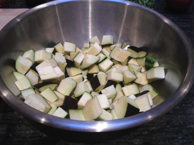 Cortar la berenjena y el calabacín en trozos de 1/4 pulgada. Mezcle con un poco de aceite de oliva, sal marina y pimienta.