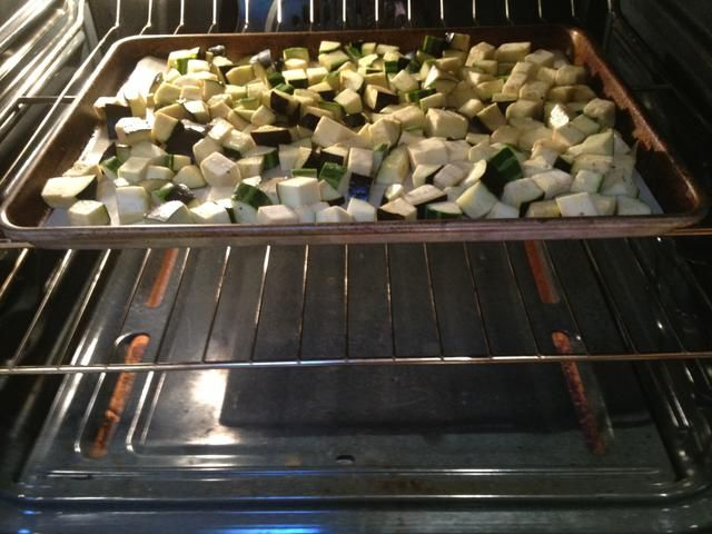 Corre en una capa uniforme sobre una bandeja de hornear engrasada. Coloque en el horno para asar (unos 30 minutos).