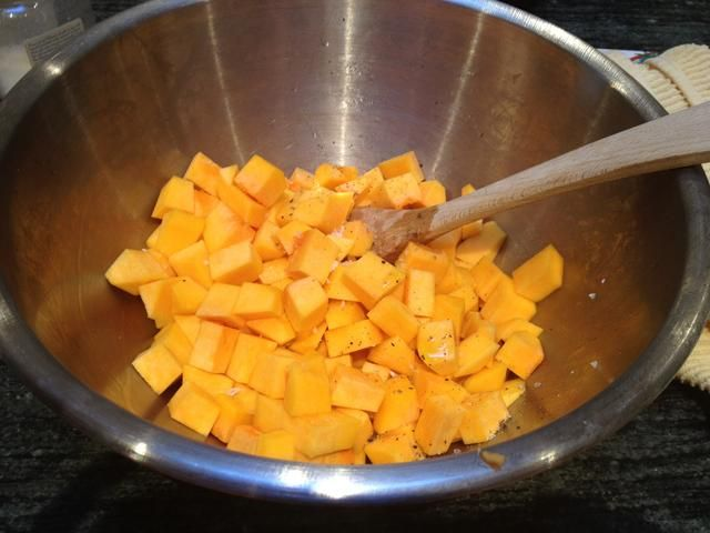 Cortar la calabaza en trozos de 1/4 pulgada. Mezcle con un poco de aceite de oliva, sal marina y pimienta.