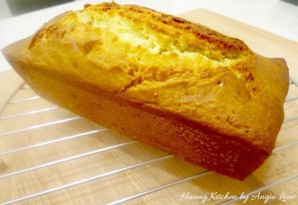 A continuación, retire el pan de molde de pan sobre la rejilla.