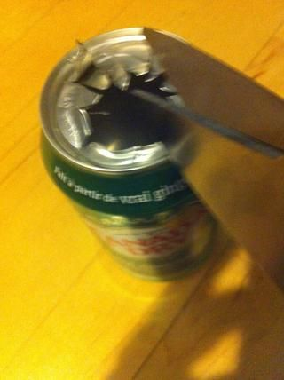 Haga cortes de socorro desde la apertura de la lata.