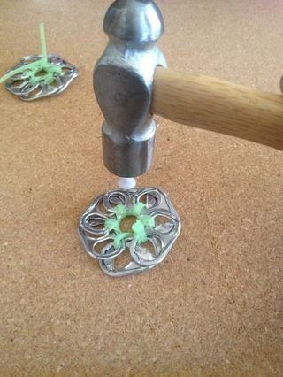 Mientras que el segundo está secando permite martillo el agujero para el gancho del pendiente. Si a usted le gustaría ver una guía paso sobre cómo hacer esto por favor revise mi pendientes guía de cómo hacer !!