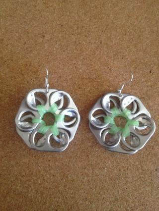 Con los agujeros hechos en ambas flores y los ganchos del pendiente de poner en ellos se establecen y listo para usar!