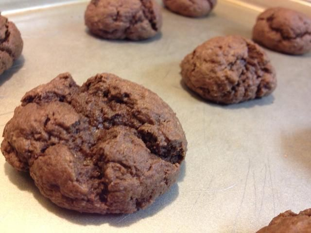 Retirar del horno y dejar que las galletas se sientan en la bandeja del horno por un minuto más o menos. Retire con cuidado y transferir a una rejilla para enfriar. Las cookies siguen cocinar si se deja en la hoja caliente.