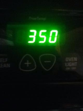Después de unos 30 minutos, retire la masa de la nevera y precalentar el horno a 350 grados F.