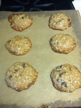 Retire del horno después de unos 8-10 minutos, o más, dependiendo del tamaño de sus cookies. Deben ser de color marrón claro de oro en los bordes y un poco menos al horno.