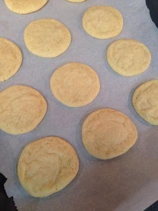 Hornea las galletas durante 8-10 minutos, o hasta que se establecen los centros. Deje que las galletas se apoyan en la bandeja de horno por 5 minutos después de la cocción, y luego transferirlos a una rejilla para enfriar.