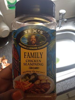 Añadir condimento de pollo. Usted debe ser capaz de conseguir esto en cualquier tienda del Caribe. Sin embargo, tengo esto desde Tesco, desde el pasillo de los alimentos mundiales. Añadir una cantidad generosa a la olla.