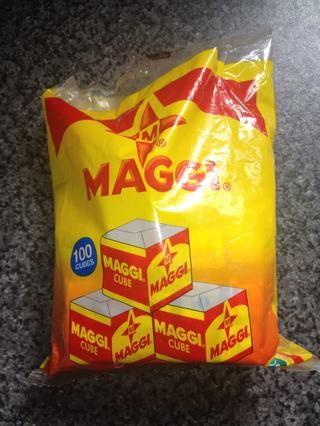 Añadir 2 cubitos Maggi a la olla. Si usted no puede conseguir sus manos en estos cubos Oxo funcionar igual de bien.
