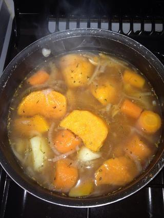 Revuelva, y luego cubrir (no del todo). Mantener a fuego medio. Compruebe de vez en cuando para asegurarse de que las patatas, zanahorias y calabaza aren't becoming too soft. Once cooked, turn heat off.