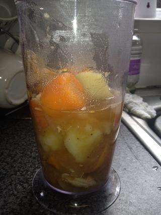 Añadir a la licuadora. Es necesario añadir el agua de la olla, ya que el agua se contiene la mayor parte del sabor, así como la sopa será demasiado gruesas sin ella.