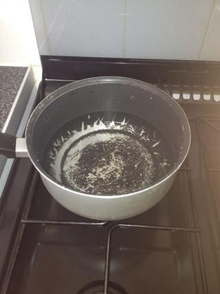 Antes de cortar los ingredientes, primero poner una olla de agua a hervir, a fuego medio. Agregue una pequeña cantidad de sal.