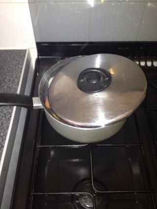 Coloque la tapa sobre la olla. No cubra por completo, dejar un pequeño espacio, si es posible.