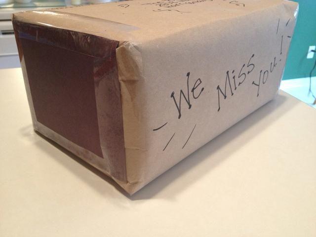 Envolver regalos sorpresa para un amigo y correo en un paquete. Decorar el exterior del paquete de mostrar preocupación!