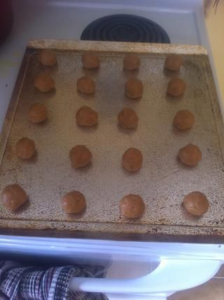 Una vez que se's mixed form the dough into balls and place on a cookie sheet. This recipe should make between 20-24 cookies