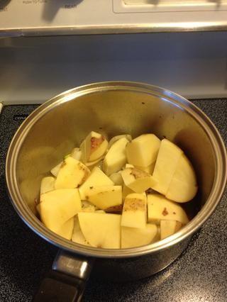 El tiro en las patatas. Cortarlas menor si usted quiere que cocinan más rápido.