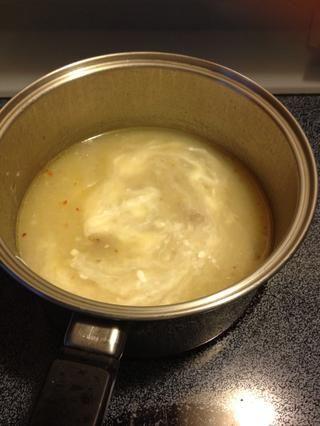 Añadir la leche hasta obtener la consistencia deseada. Luego mezclar la crema agria.