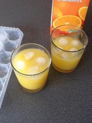 Si encuentras esta bebida demasiado amargo siempre se puede añadir más azúcar o jugo de naranja. Y recuerda que para llenar la cubitera una copia de seguridad para la próxima vez !! ¡Disfrutar!