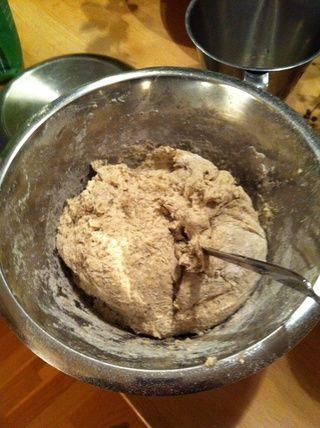 Mezclar la masa con una cuchara y se deja reposar 30-45 minutos a cubierto. Veo que esta masa tal vez debería haber tenido menos harina, que se ajustará la próxima vez para ver cómo resulta. 74% aquí, intente 75-80%.