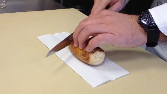 Cortar el pollo en un sesgo y la placa.